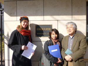 日本大使館前で。