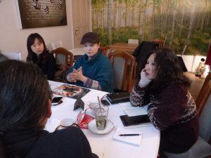 JunさんとKimさんとカフェでお茶を飲みながら。