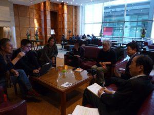 菅氏が宿泊するホテルのロビーで。次の講演会に向かう合間の時間を取ってくださった。