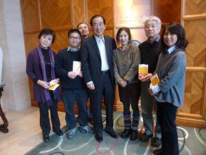 最後に記念撮影。今回ドイツ語にも訳された菅氏の著書「東電福島原発事故ー総理大臣として考えたこと」をいただいた。